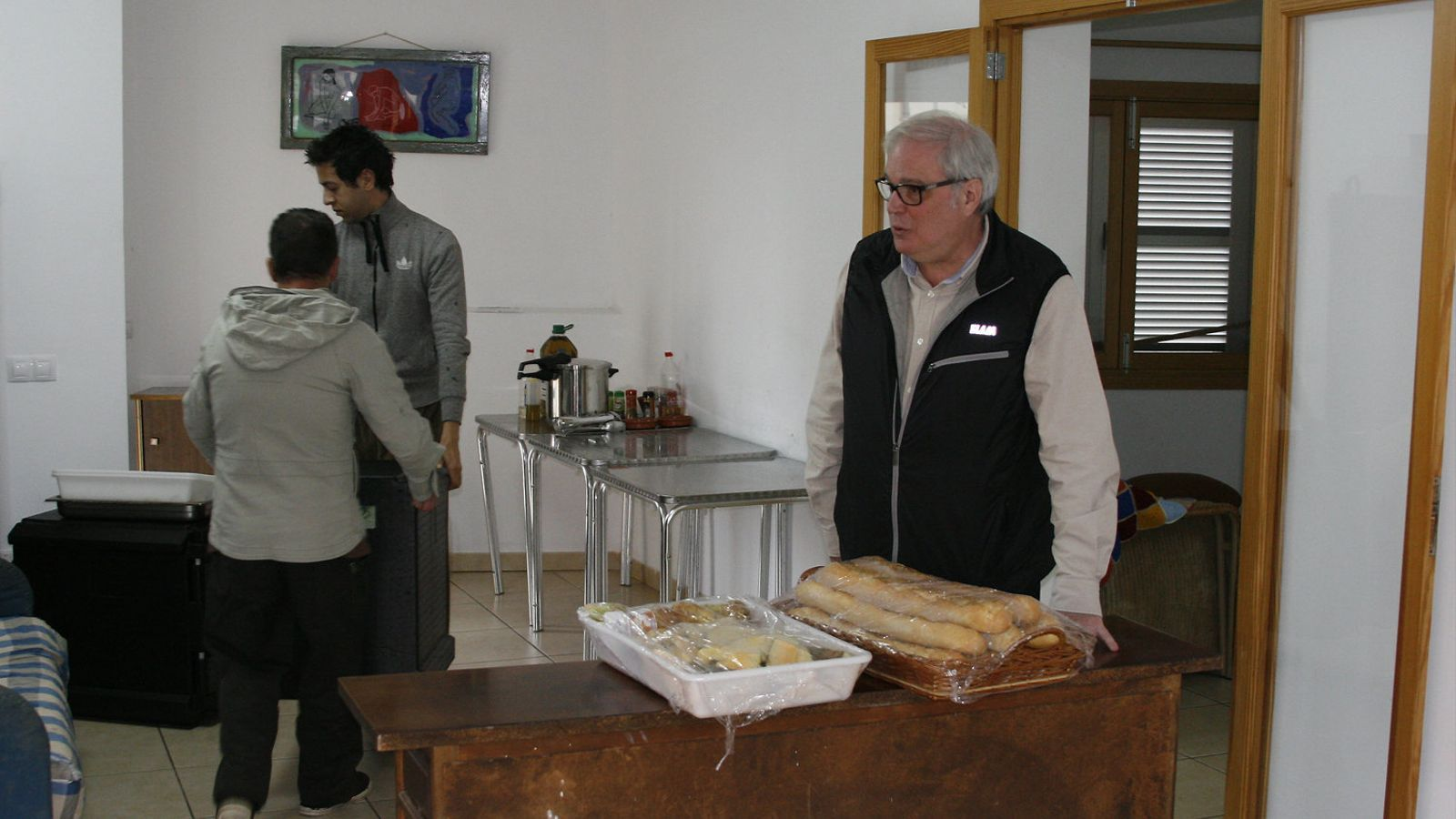 Cada dia, al migdia arriba el servei de menjador a l'alberg. Rafel Sansó (a la dreta) destaca també les donacions que fan associacions veïnals, escoles i altres entitats.