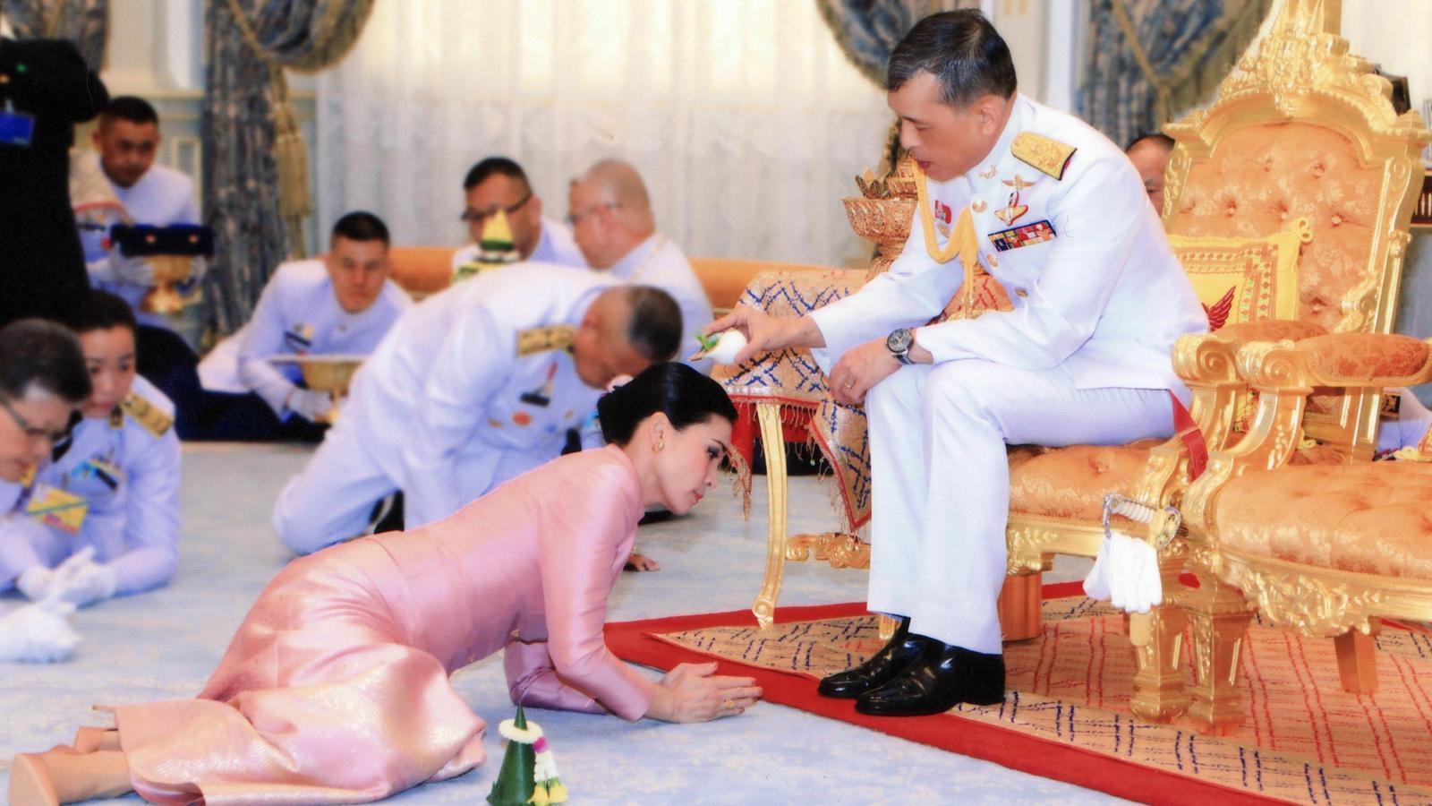 Un moment de la cerimònia en què el marit mulla l'esposa amb aigua beneïda.