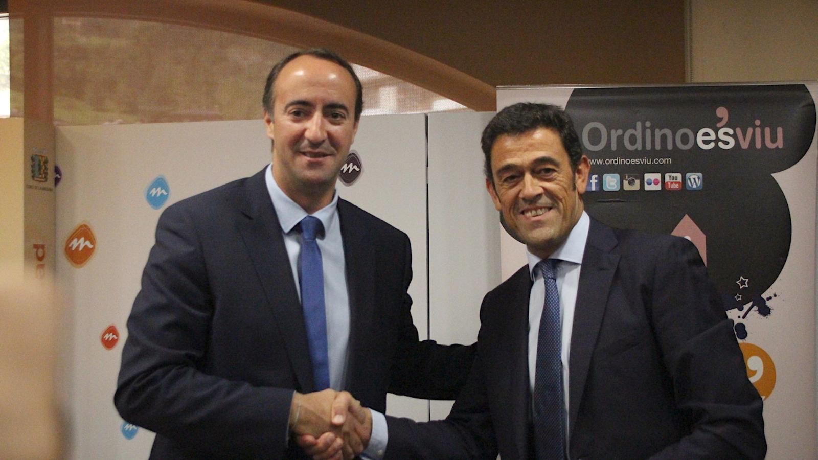 Els cònsols de la Massana i d'Ordino, David Baró i Josep Àngel Mortés, signen els convenis per a La Capsa i l'Escola de Música. / C.G. (ANA)