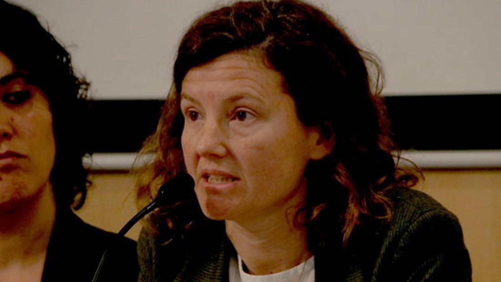 Raquel Figa, la votant lesionada a l'IES Pau Claris, durant la presentació de l'informe d'Irídia