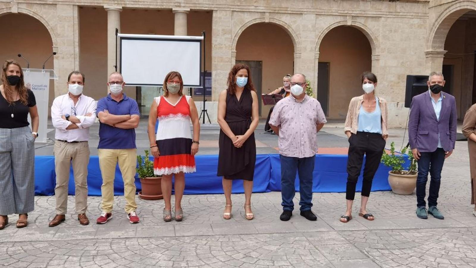 Foto de família de la presentació dels llibres dels Premis Mallorca de creació literària 2019.