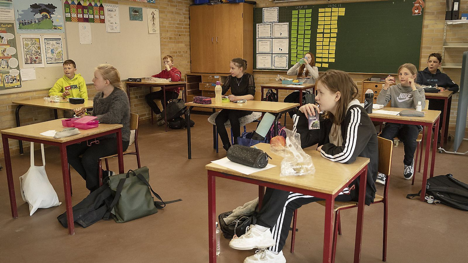 Un grup d'alumnes de primària fent classe en una aula d'una escola de la localitat de Randers, a Dinamarca.