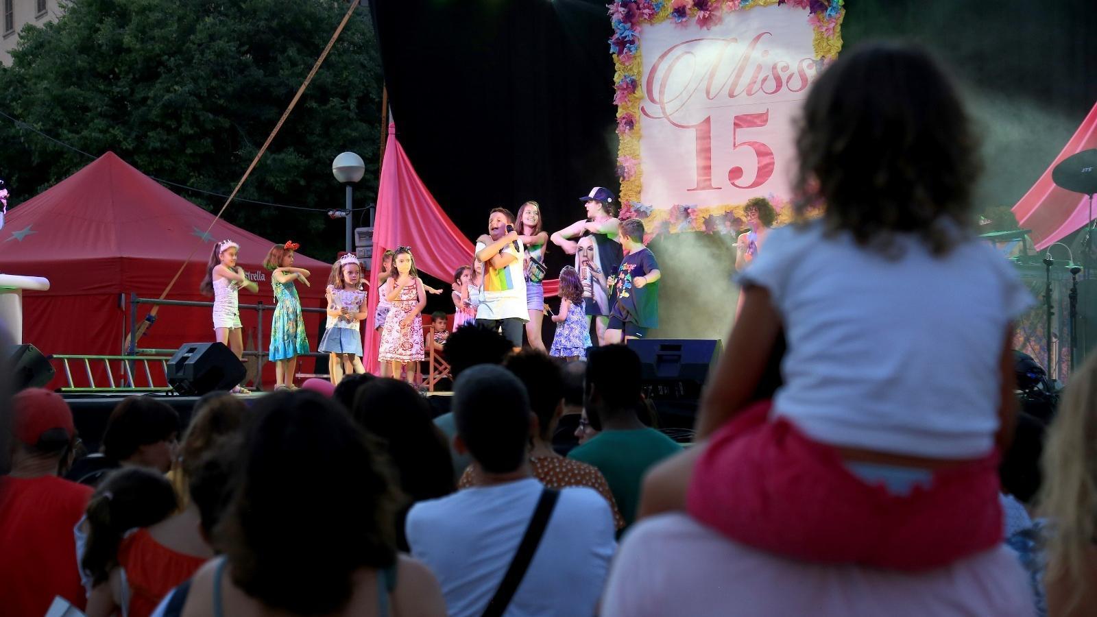 El Flexas celebra el seu 15 aniversari amb el Parc de la Mar a vessar de gent ballant