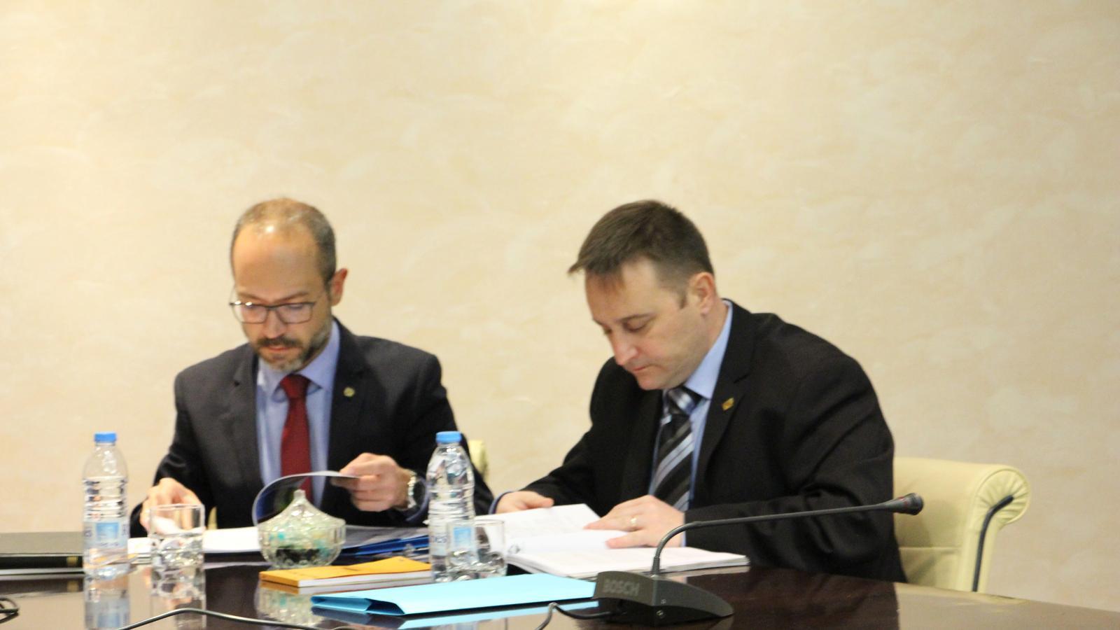 Els consellers del PS+Independents del comú d'Encamp, Joan Sans i Pere Marsenyach, en l'última sessió de consell. / E. J. M. (ANA)