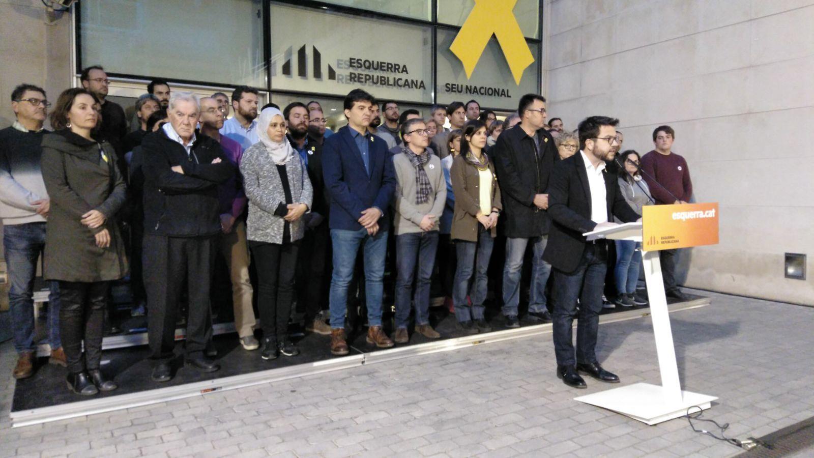 Pere Aragonès llegeix el comunicat acompanyat pels diputats i l'executiva d'ERC