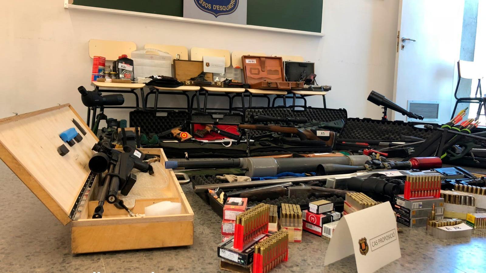 Arsenal d'armes que van trobar els Mossos a casa del detingut per voler matar Pedro Sánchez