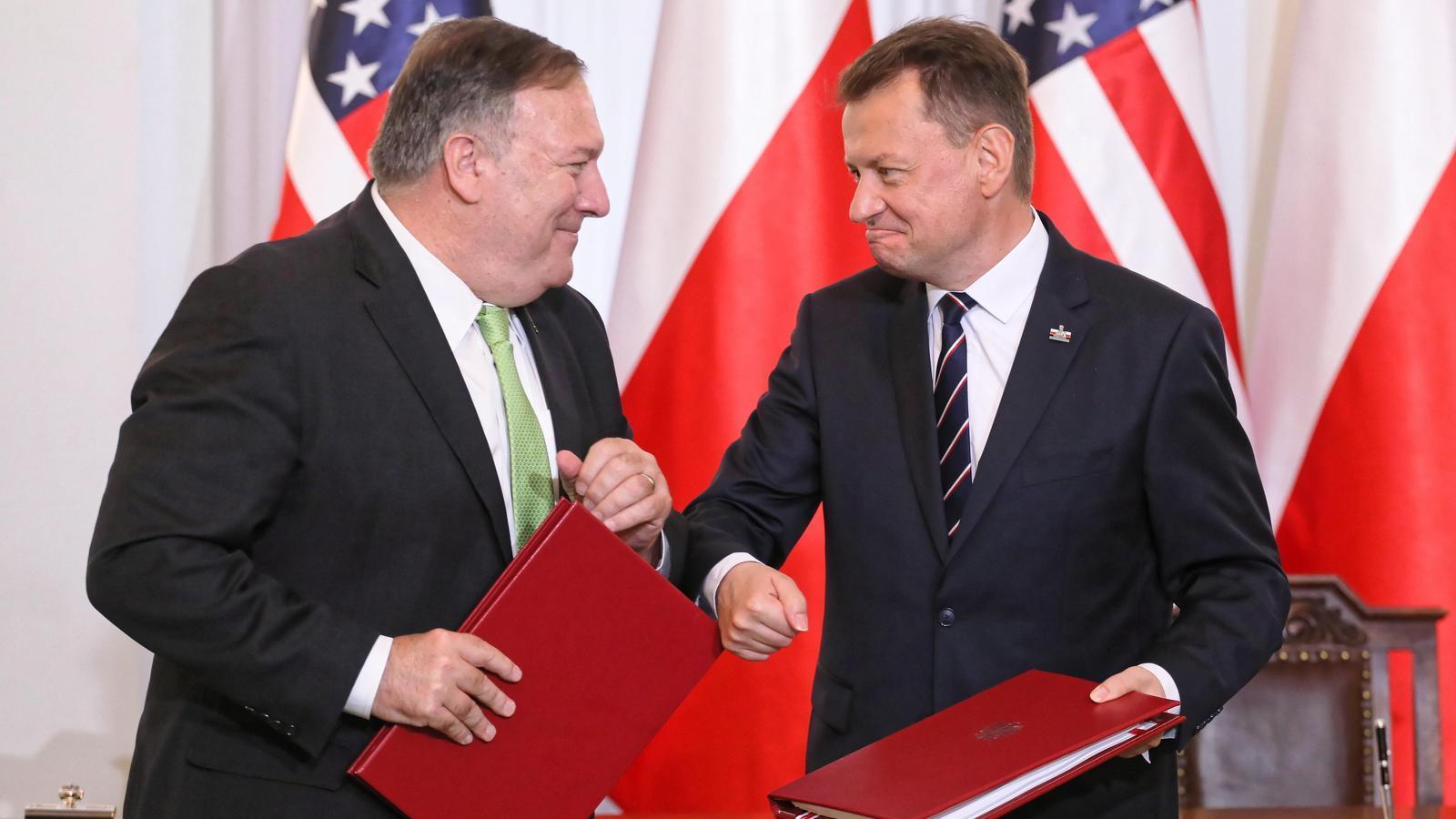 El secretari d'Estat nord-amercià, Mike Pompeo, i el ministre polonès de Defensa, Mariusz Blaszczak, després de la signatura de l'acord