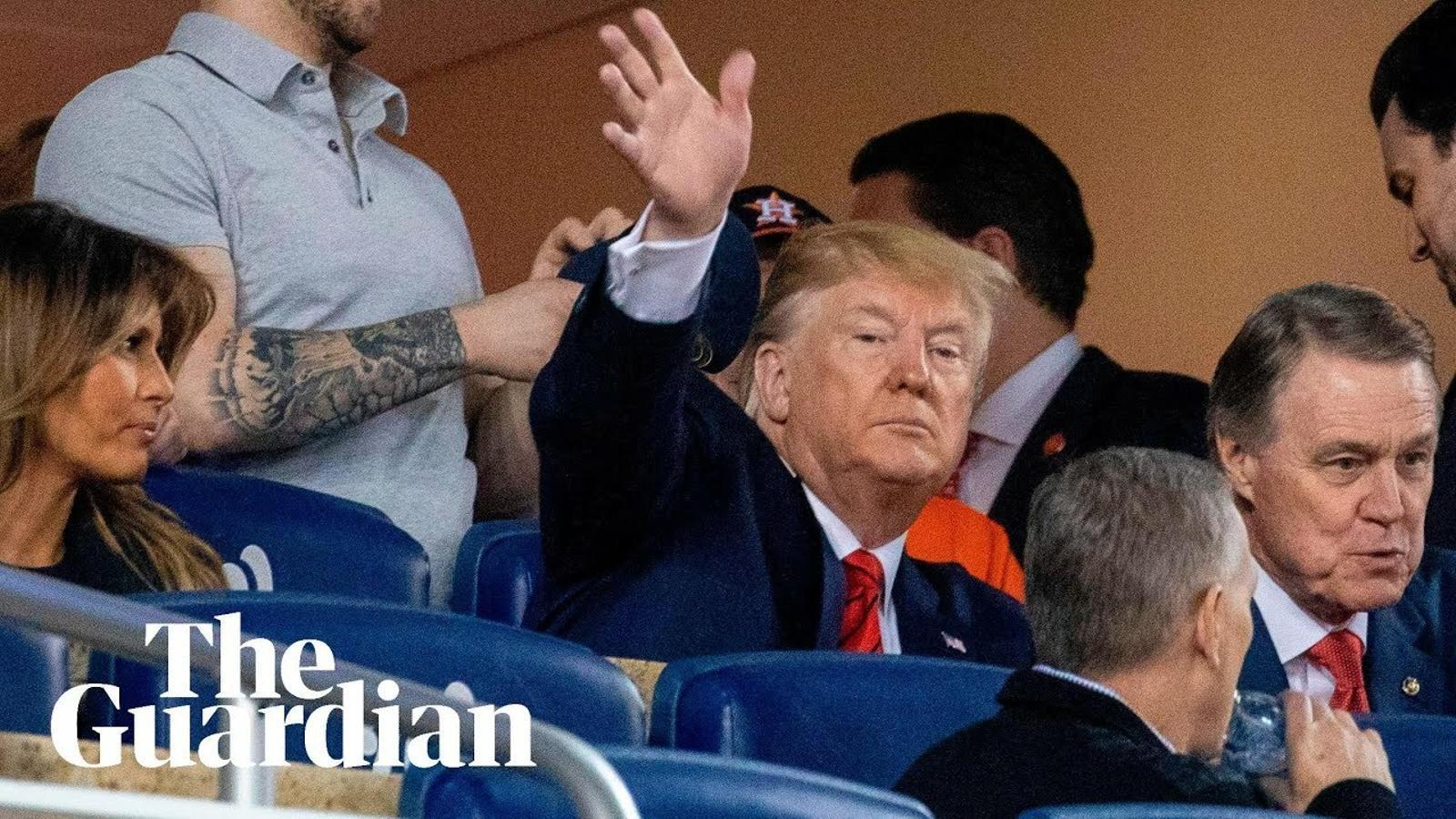 El públic de les series mundials escridassa a Donald Trump durant un partit a Washington.