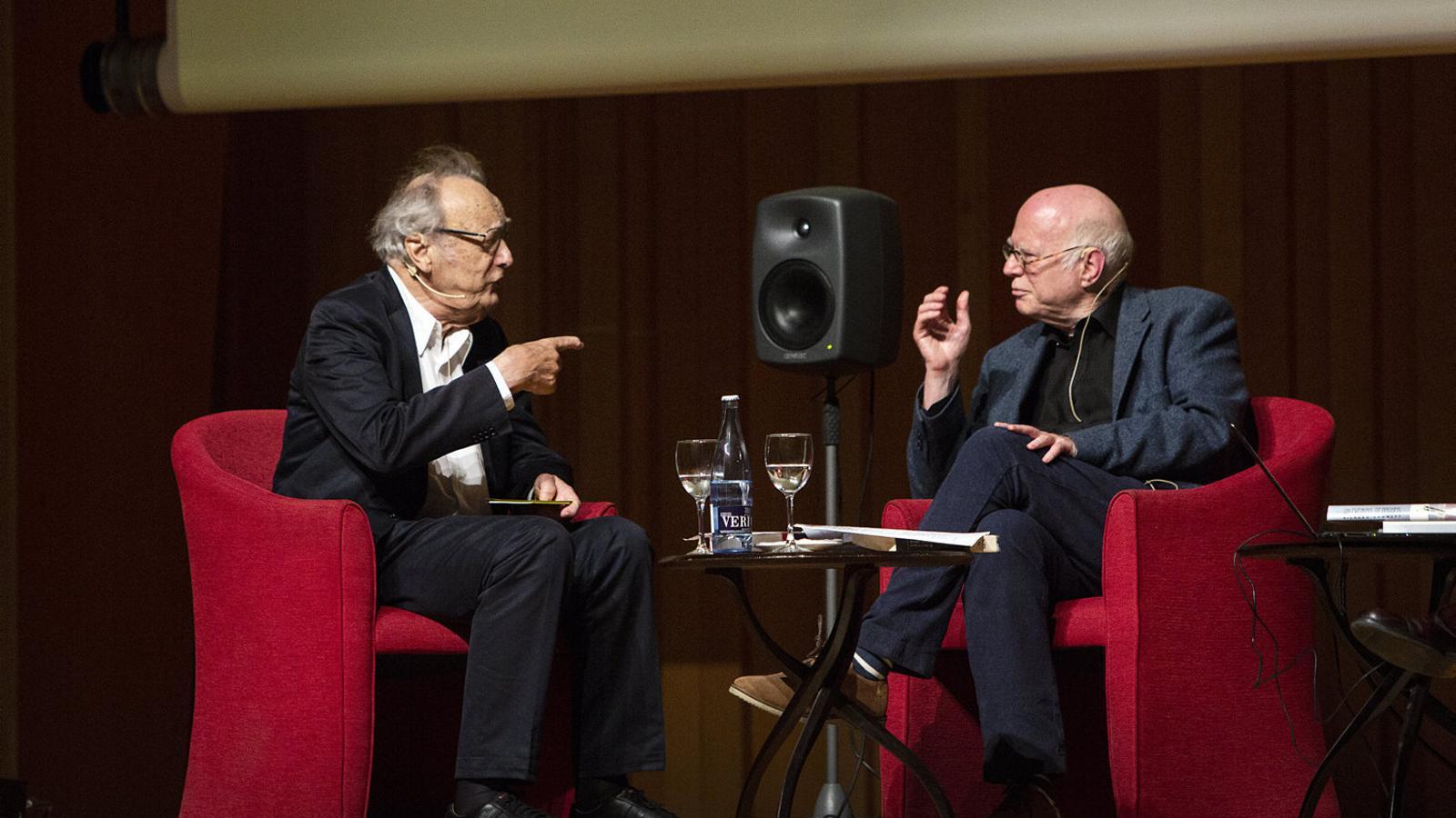 Alfred Brendel, a l'esquerra de la imatge,  i Richard Sennett, a la dreta, en el debat sobre música  i convivència  al Palau  de la Música.