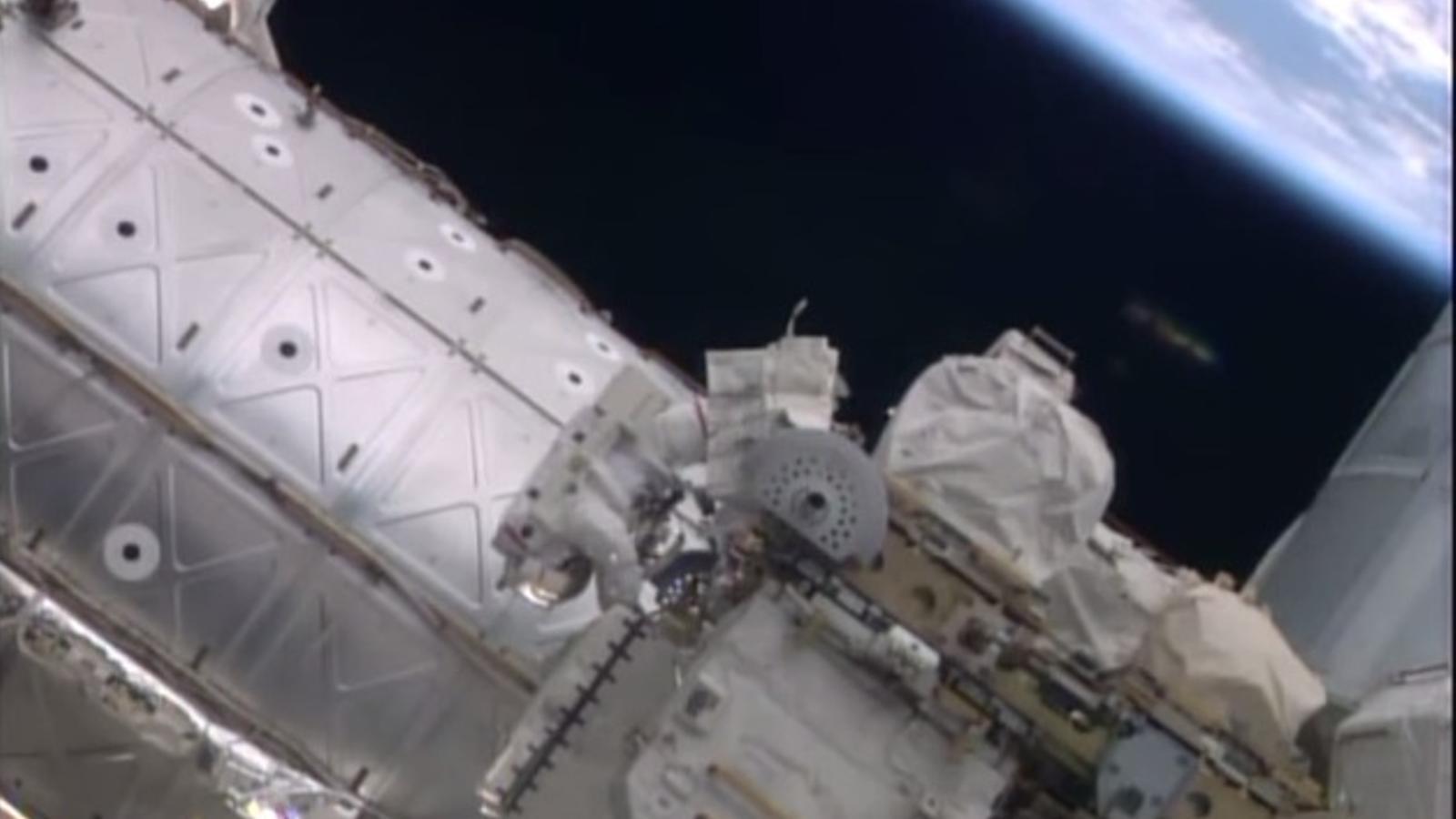 Un OVNI es cola en el vídeo d'un passeig espacial en l'Estació Internacional