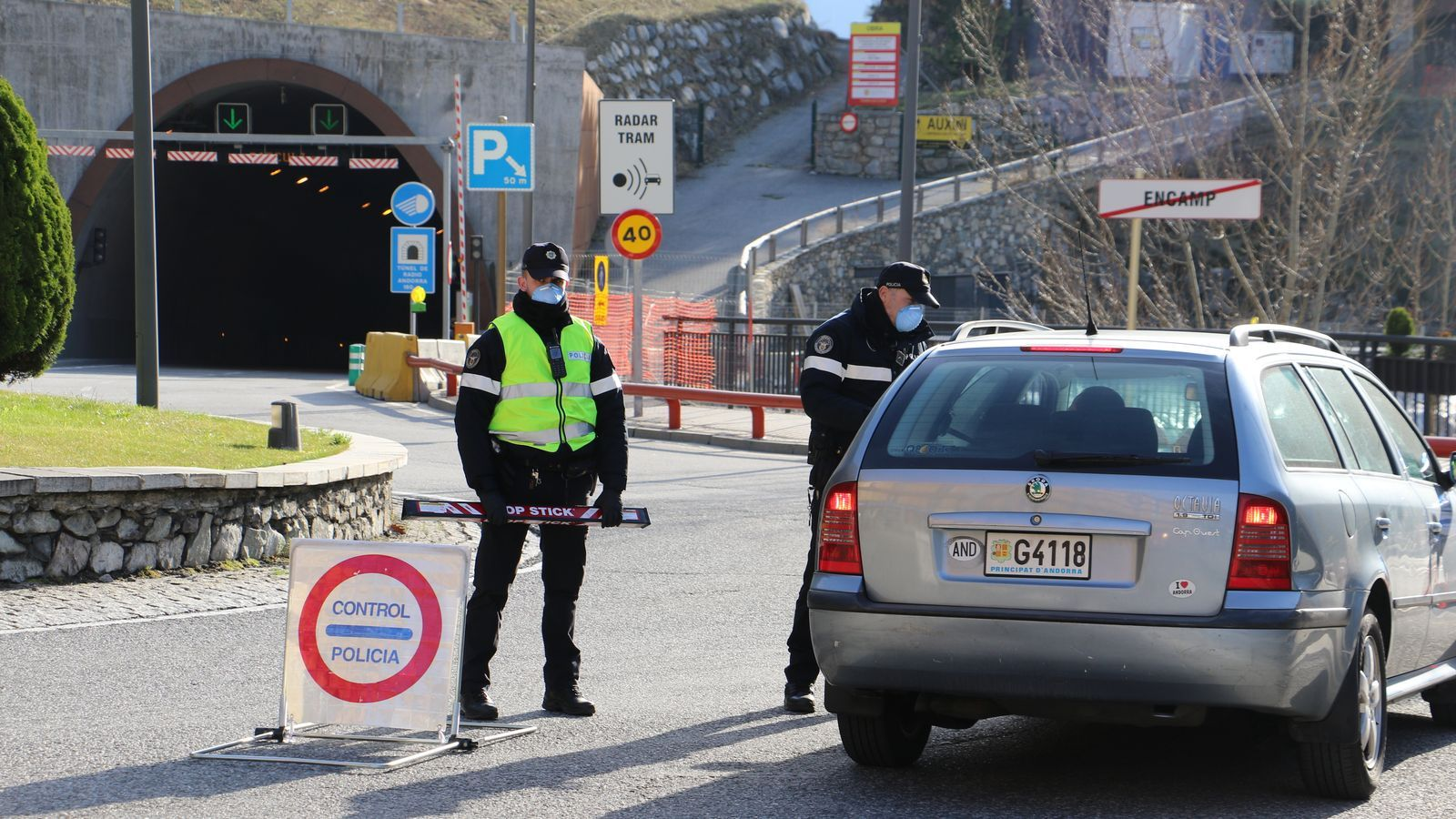 Un control policial vigila qui s'ha saltat el confinament. / ÀLEX MENDOZA