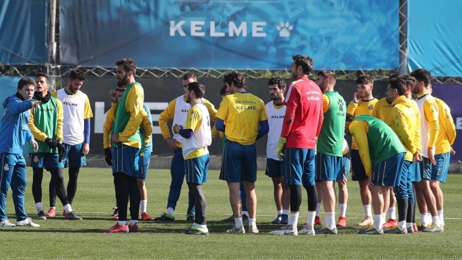 Rubi dona indicacions a la plantilla durant un entrenament a la Ciutat Esportiva Dani Jarque