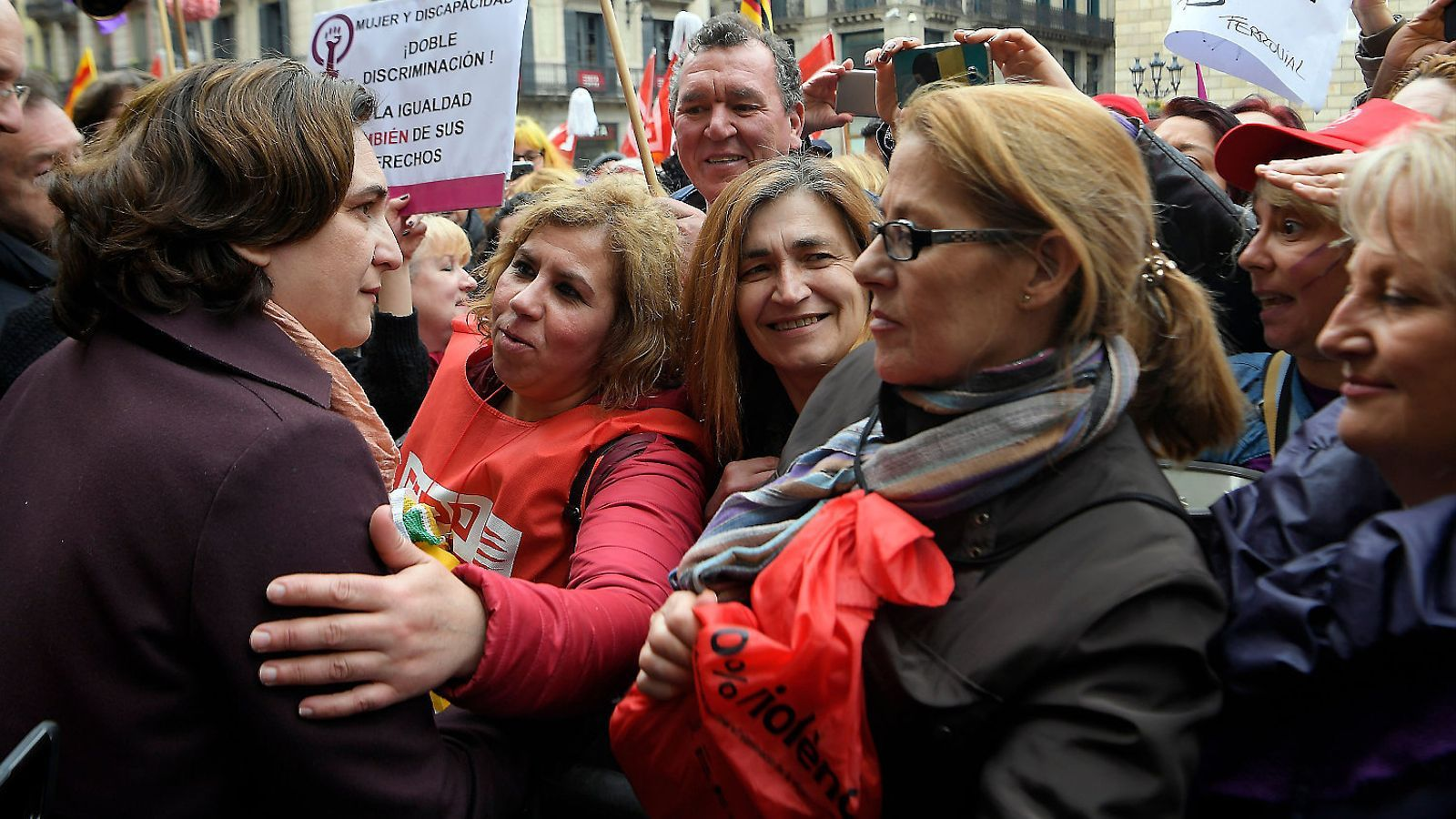 L'alcaldessa de Barcelona, Ada Colau, saluda algunes de les dones que es manifestaven ahir a la plaça Sant Jaume.