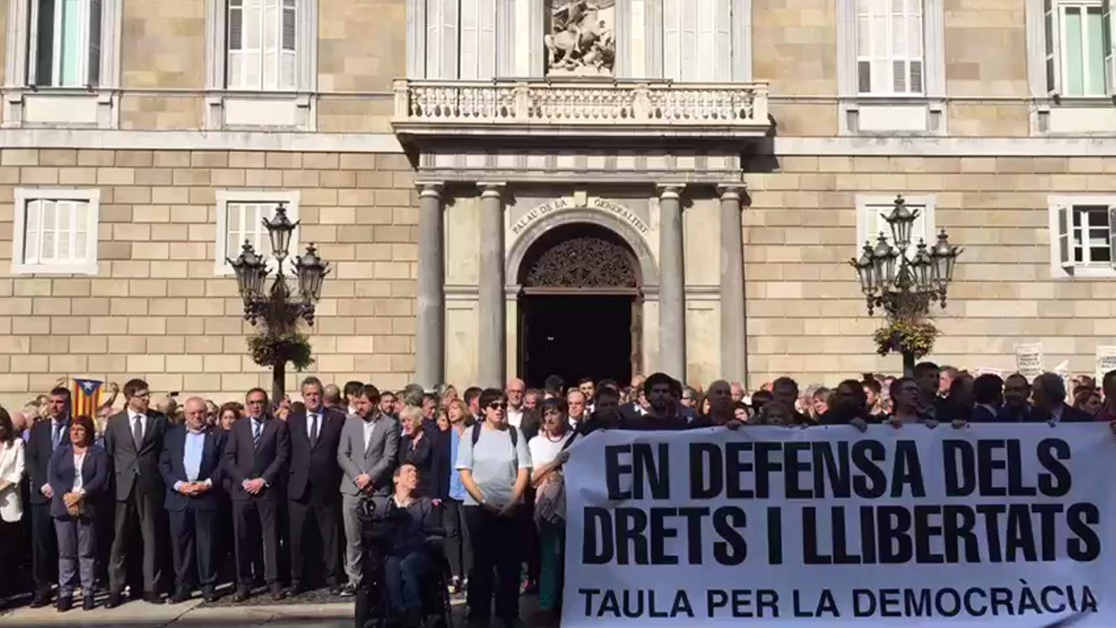 """La plaça Sant Jaume canta """"L'estaca"""""""