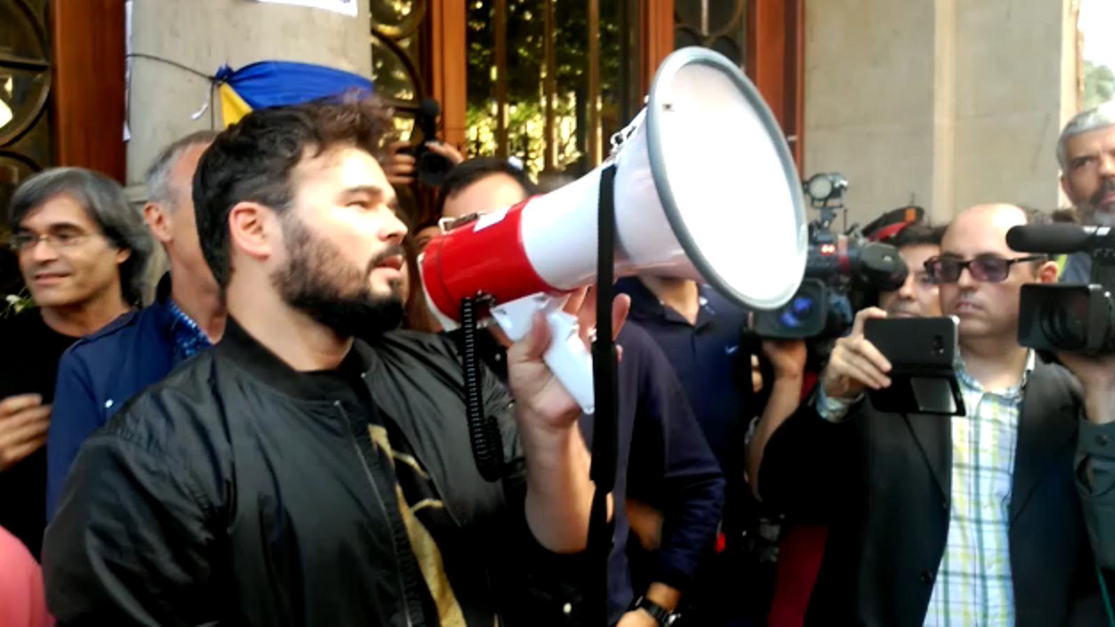 Gabriel Rufián s'adreça als concentrats davant la seu d'Economia