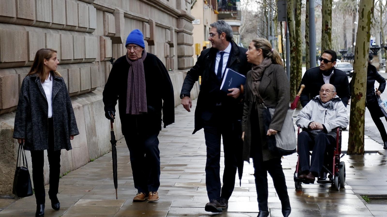 Fèlix Millet -a la dreta de la imatge-, Gemma i Jordi Montull -amb el seu advocat Jorge Navarro-  a l'entrada de l'Audiència de Barcelona