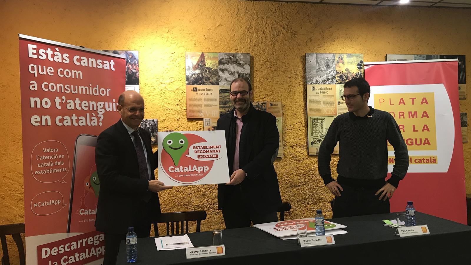 El representants de BonPreu i Terra d'Escudella reben el distintiu de CatalApp