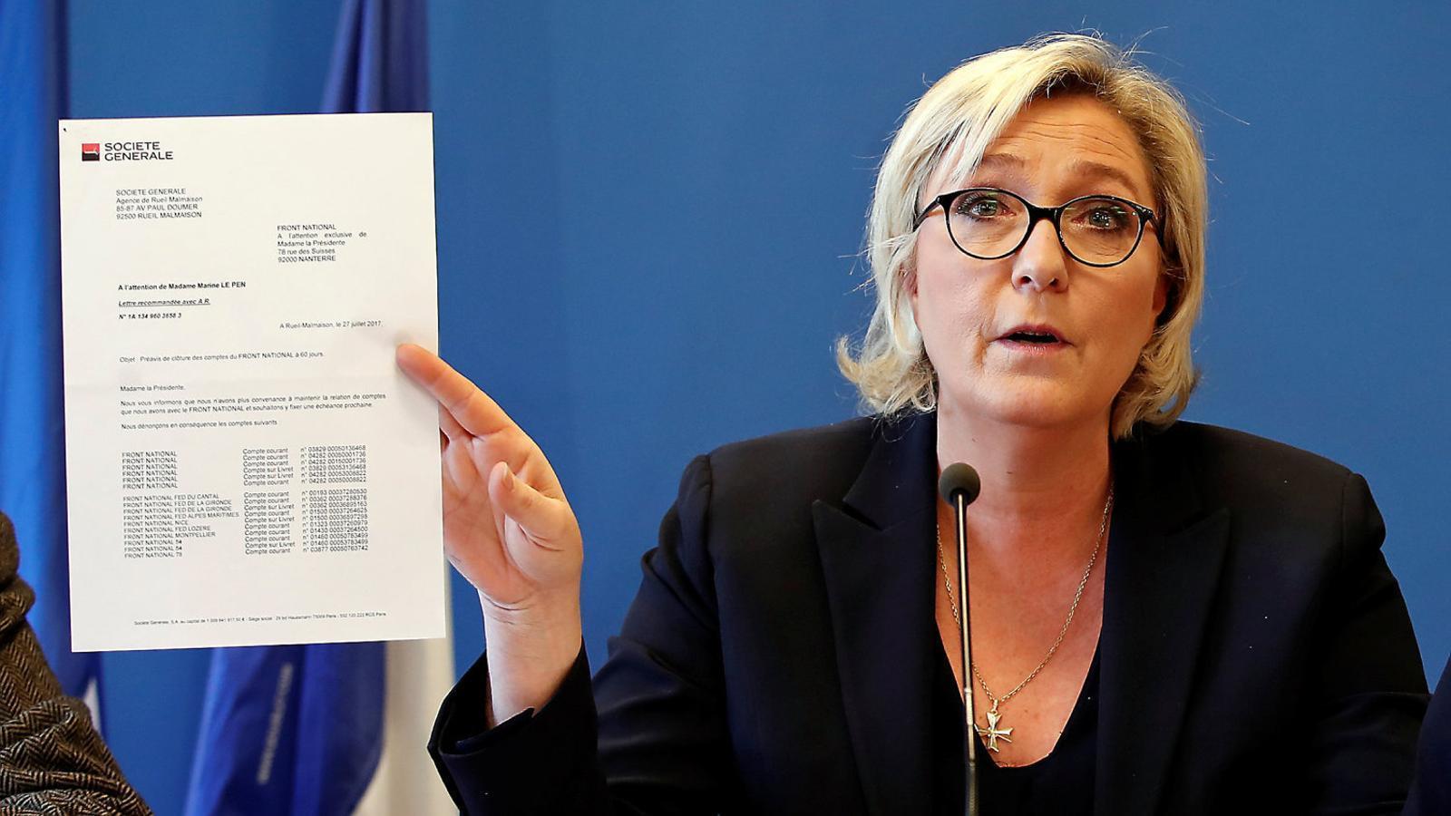 Marine Le Pen ahir ensenyant una carta de la Société Générale per demostrar el suposat boicot bancari contra ella i el FN.