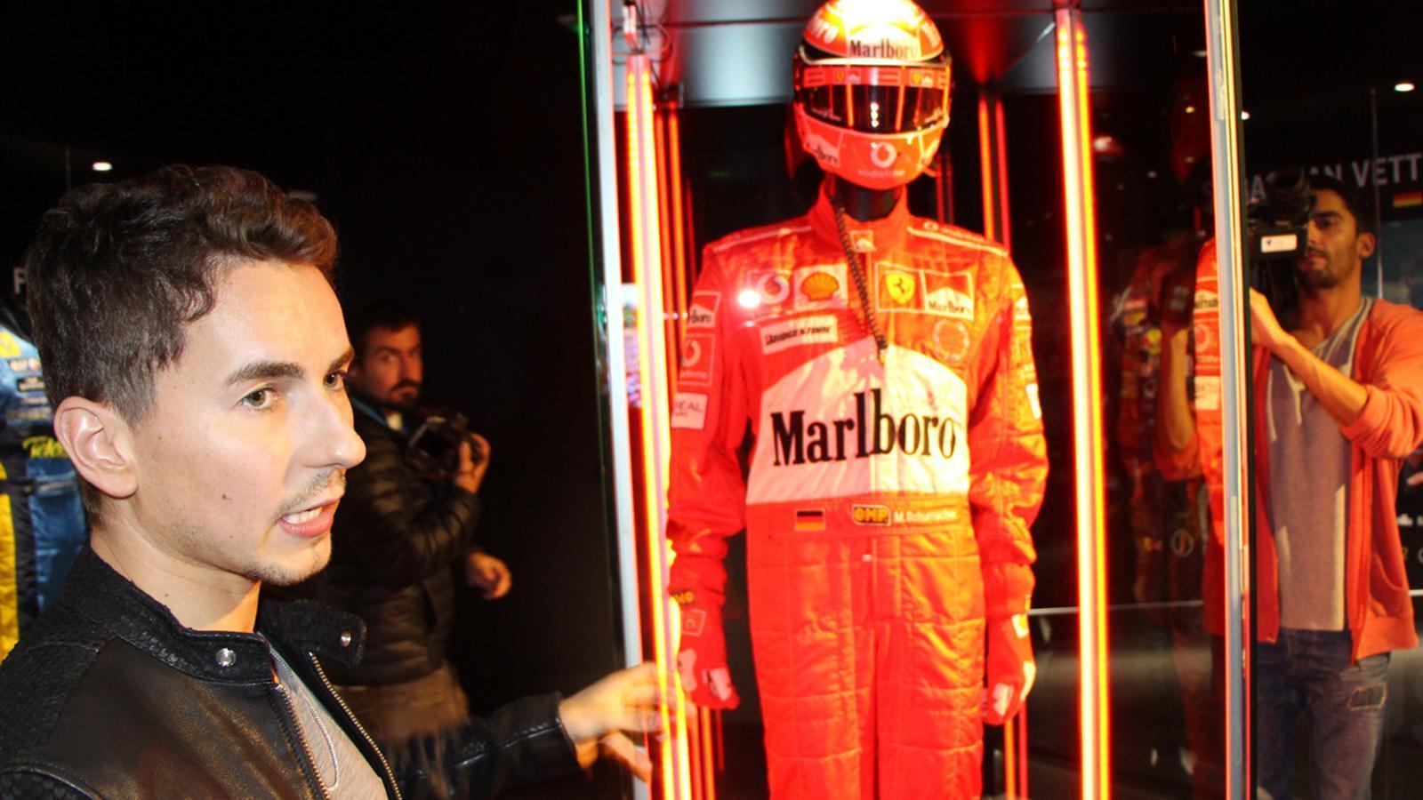 Lorenzo amb la granota de pilot i el casc de Michael Schumacher