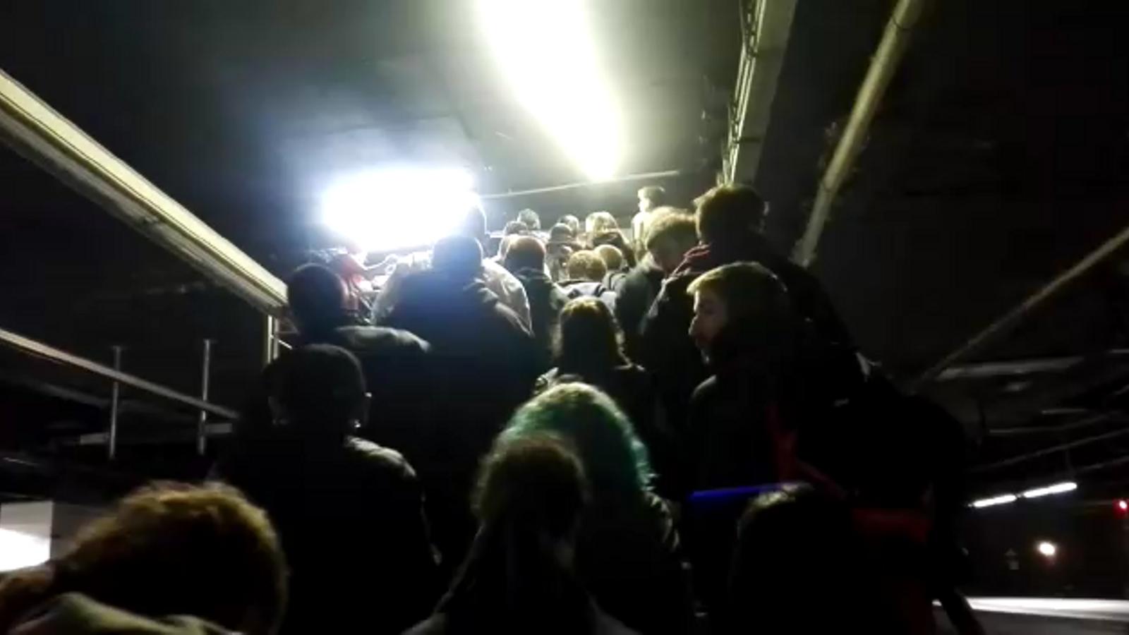 Els concentrats a Sants, sortint per una sortida d'emergència