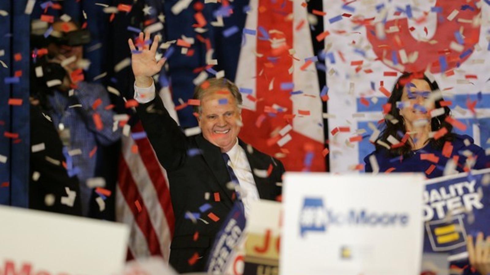 El demòcrata Doug Jones celebra la seva victòria a les eleccions al Senat a Alabama