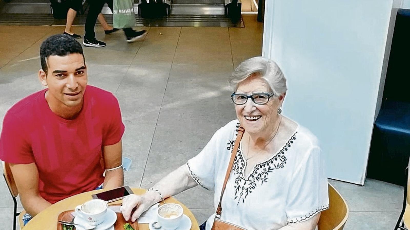 Vicky Molins amb el Bakali en un bar just el dia que ell va sortir de la presó, on es van conèixer.
