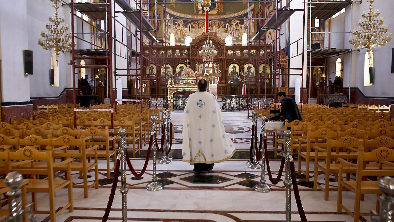 Una església ortodoxa d'Atenes buida per la pandèmia. / MILOS BICANSKI / GETTY