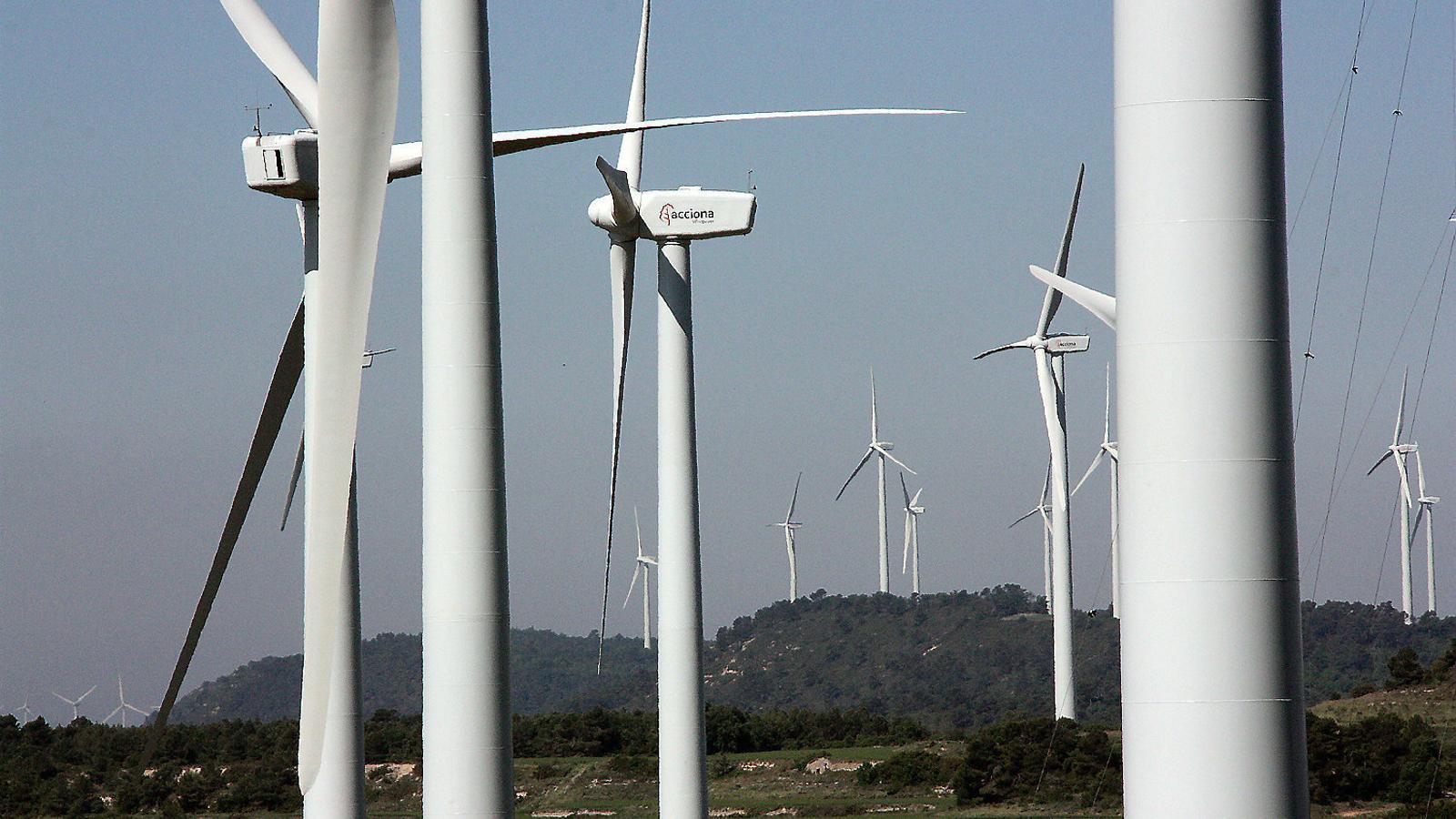 Molins de vent del parc eòlic  de la Serra del Tallat.  Inscripció  en un monòlit  que recorda  a Valldevià (Vilopriu) el punt on es va situar, el 1984, el primer aerogenador de Catalunya.