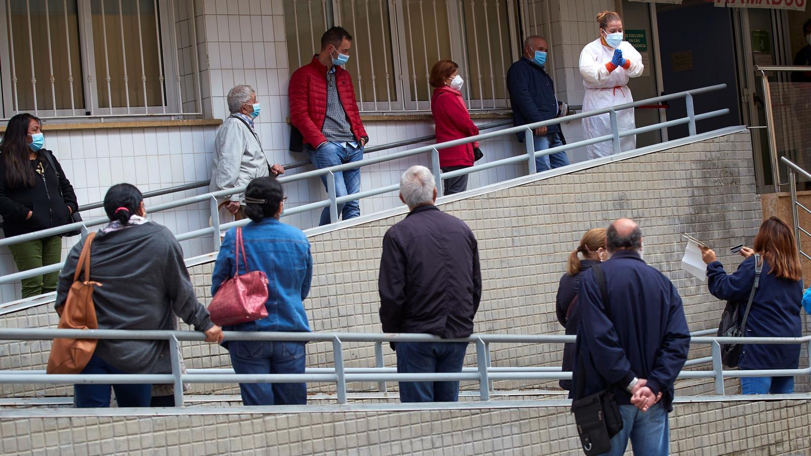 Cues llarguíssimes a l'entrada del CAP Just Oliveras de l'Hospitalet de Llobregat, aquest dimarts.
