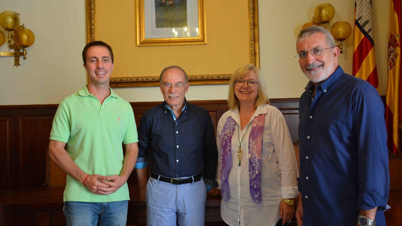 El batle de Santanyí, Llorenç Galmés;  Antoni Vidal Ferrando;  la regidora de Cultura de Santanyí, Ricarda Vicens, i el Delegat de Cultura, Damià Rigo.