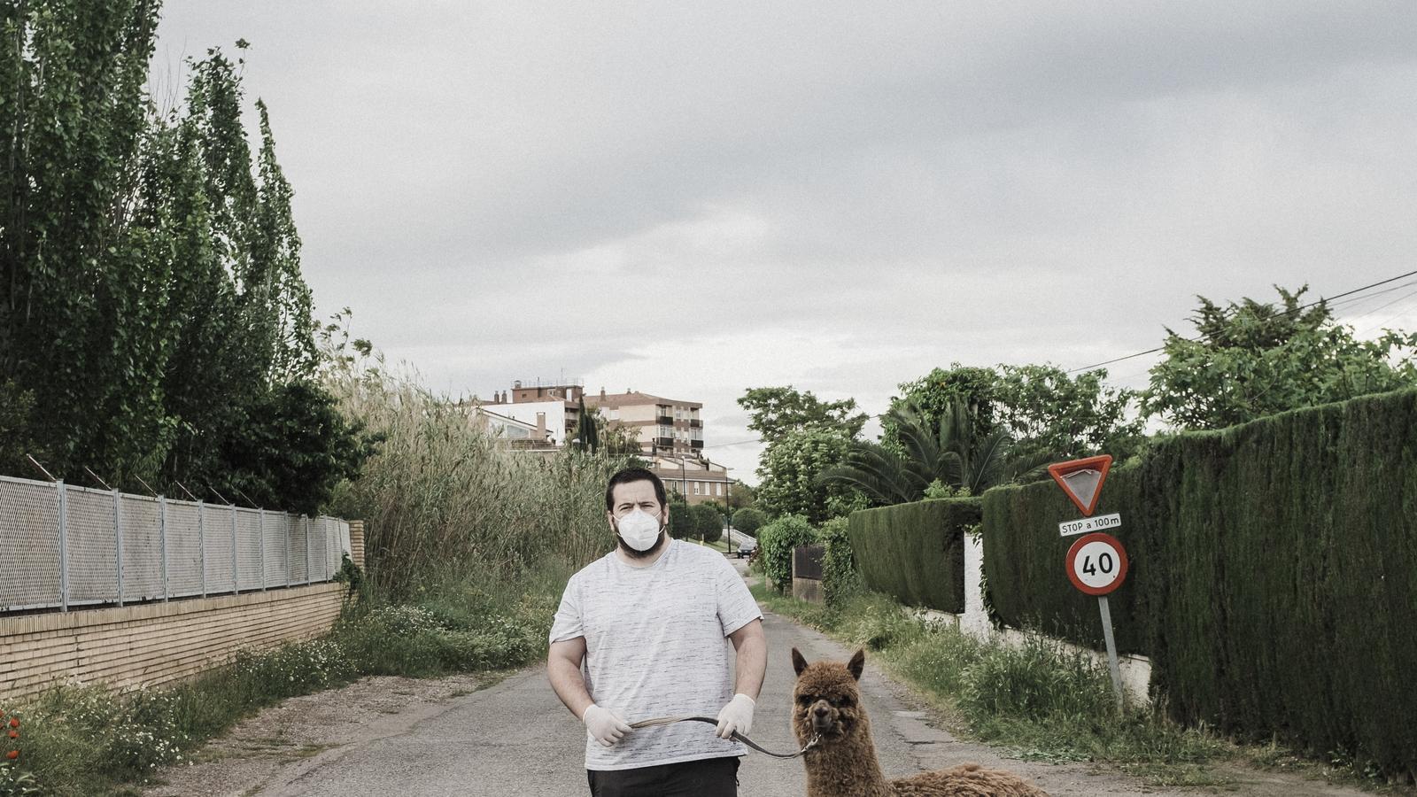 Andoni Lubaki va immortalitzar la pandèmia del covid des del punt de vista de persones que sortien a passejar animals exòtics