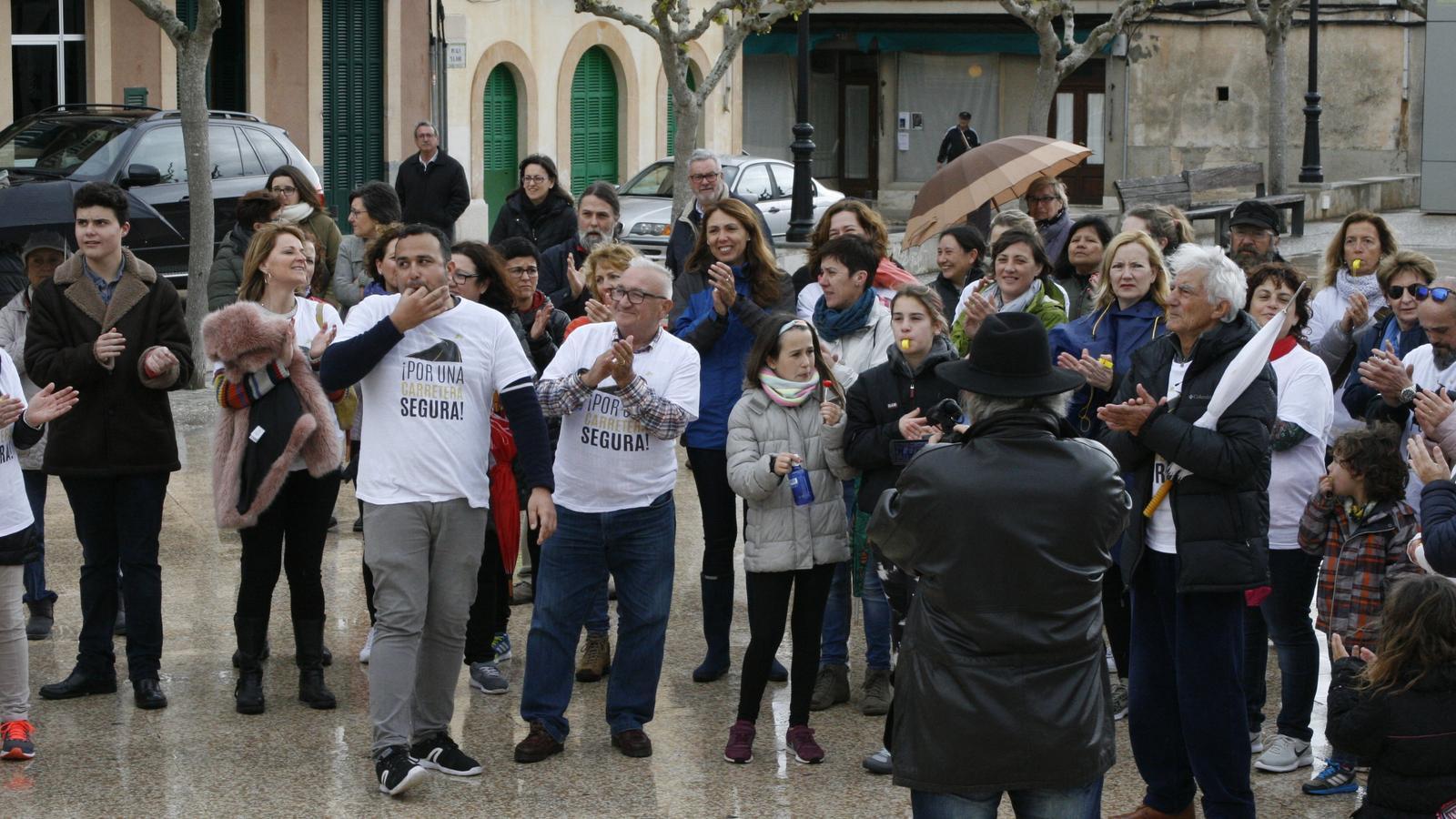 Els manifestants s'ha expressat amb una forta siulada davant l'Ajuntament.