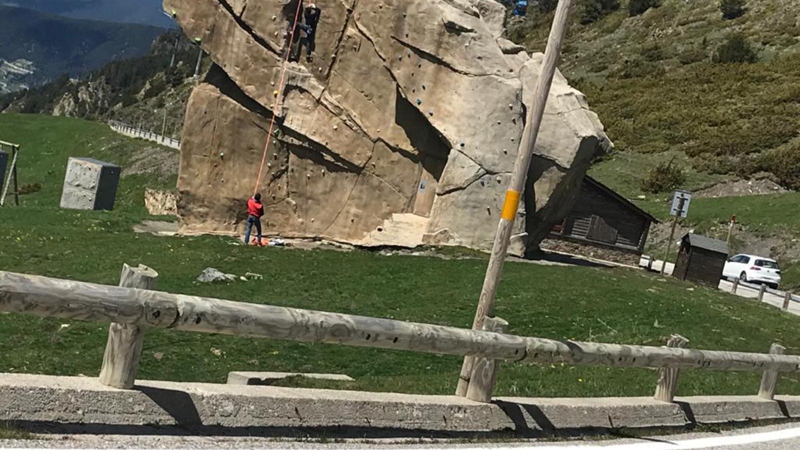 Dues persones, aquest dissabte, practicant al mur d'escalada dels cortals d'Encamp malgrat les restriccions. / ARA ANDORRA