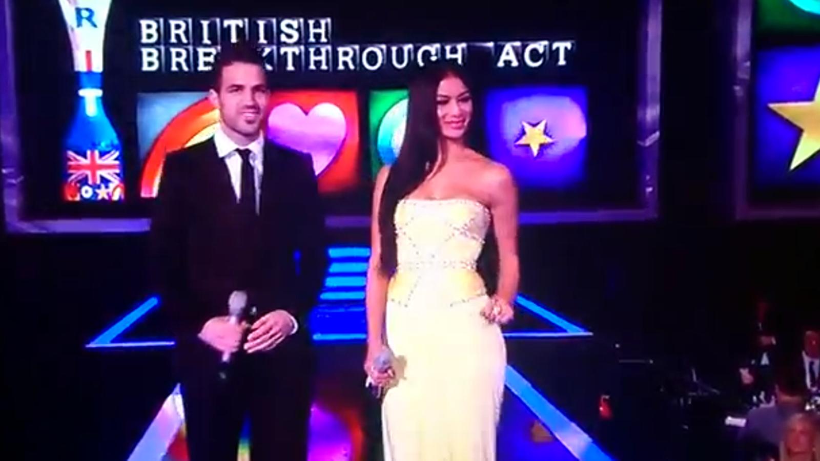Cesc Fàbregas presenta un premi de la gala dels Brit awards amb la cantant Nicole scherzinger