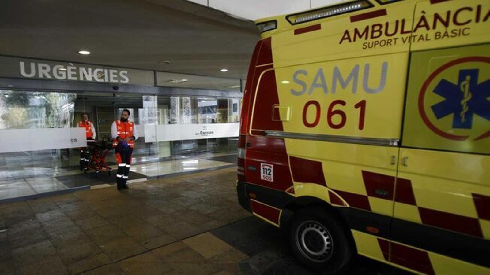 Una ambulància davant de l'hospital de Son Espases. / ISAAC BUJ