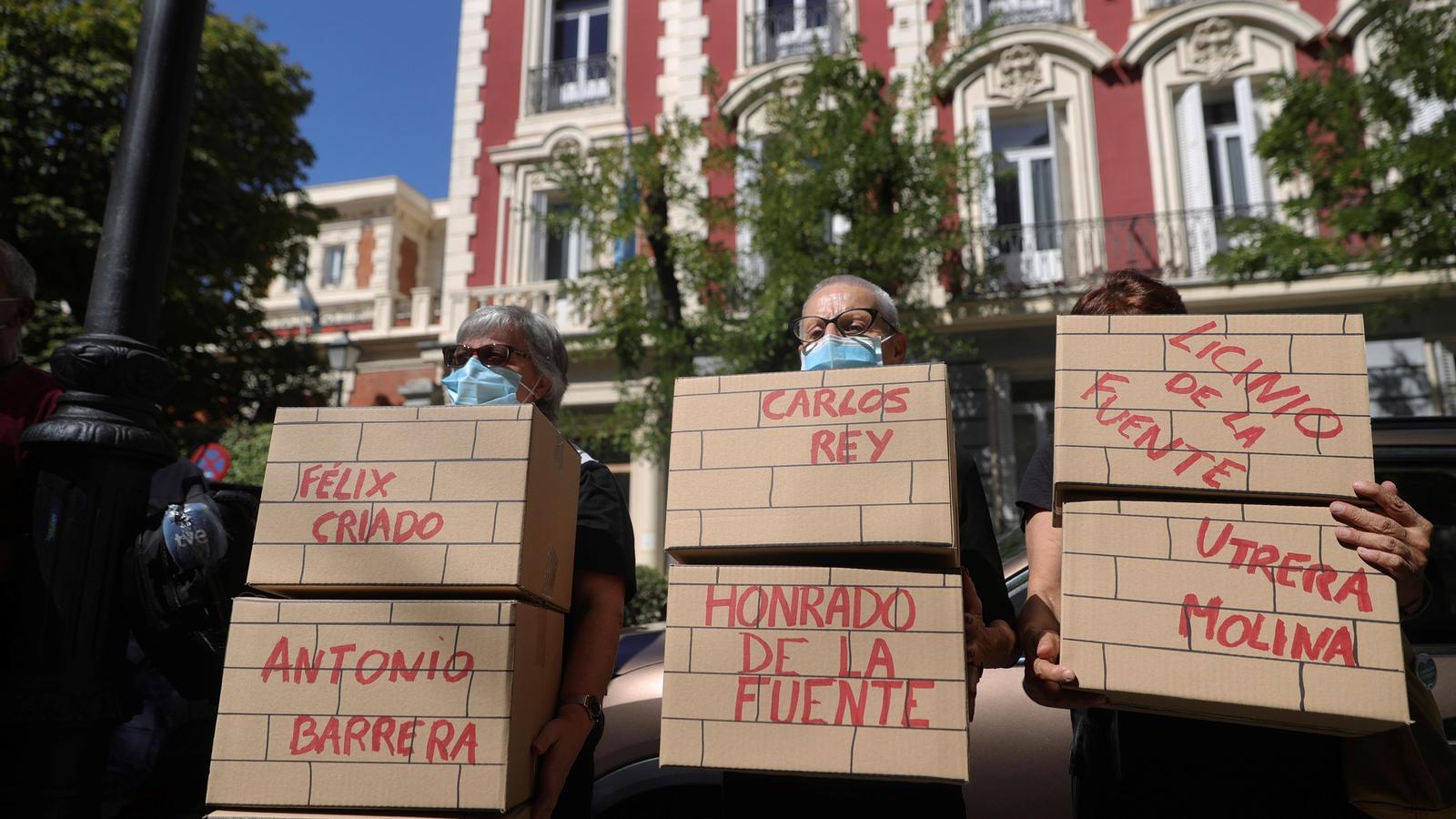 Concentració davant l'ambaixada argentina on declara l'exministre Martín Villa