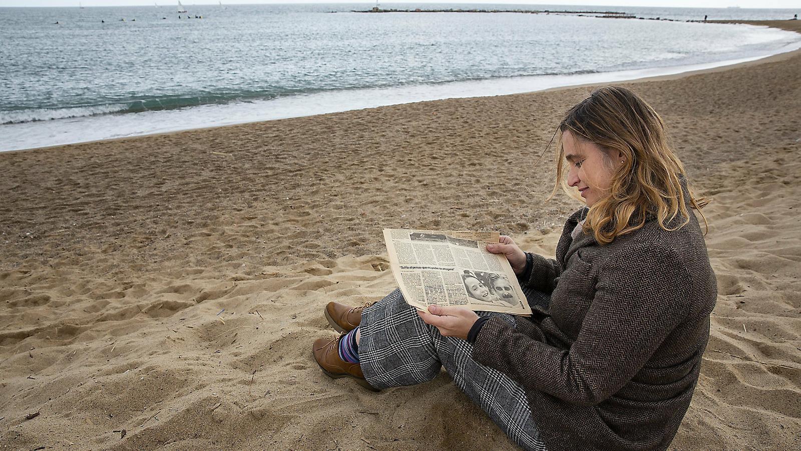 La Marta Riera ensenya un retall de diari de fa 30 anys que explicava l'odissea que va passar fins que va poder sortir de l'aigua / CRISTINA CALDERER