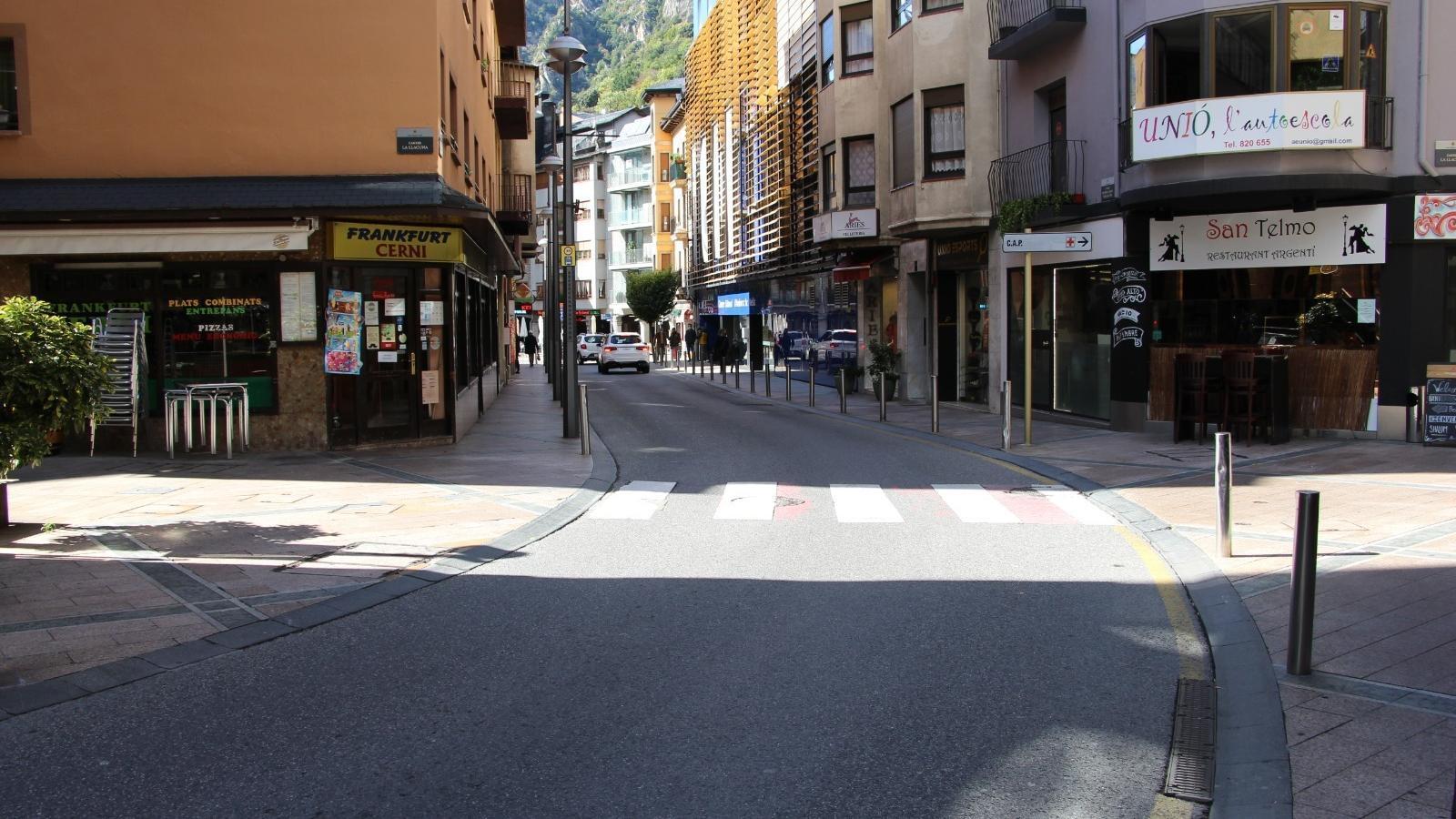 El centre d'Andorra la Vella, amb poc trànsit i sense gent / AS