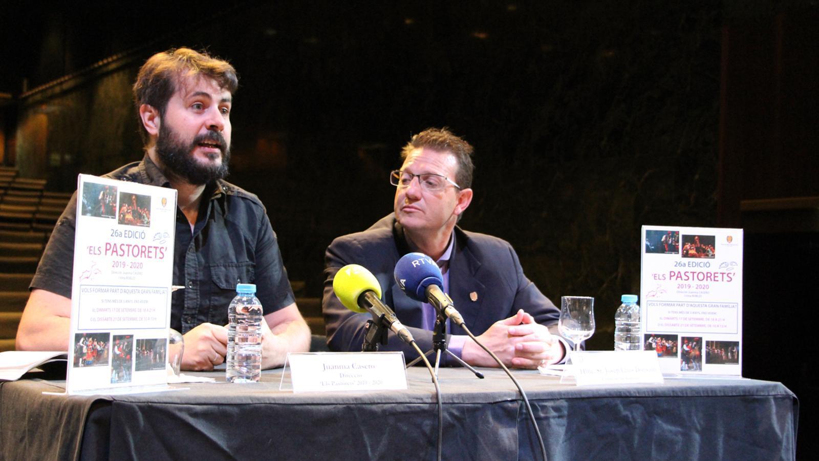 El director de l'espectacle, Juanma Casero, i el conseller de Cultura lauredià, Josep Lluís Donsión, en la presentació de la 26a edició d''Els Pastorets'. / T. N. (ANA)