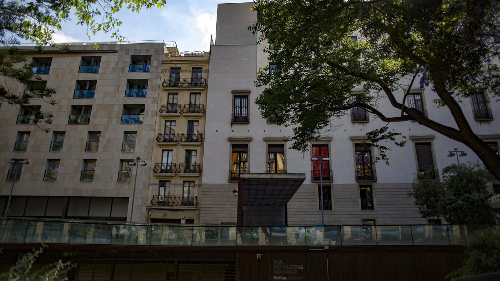 L'edifici que es vol adquirir és estret i és al carrer d'en Bot, al costat de l'Ateneu.