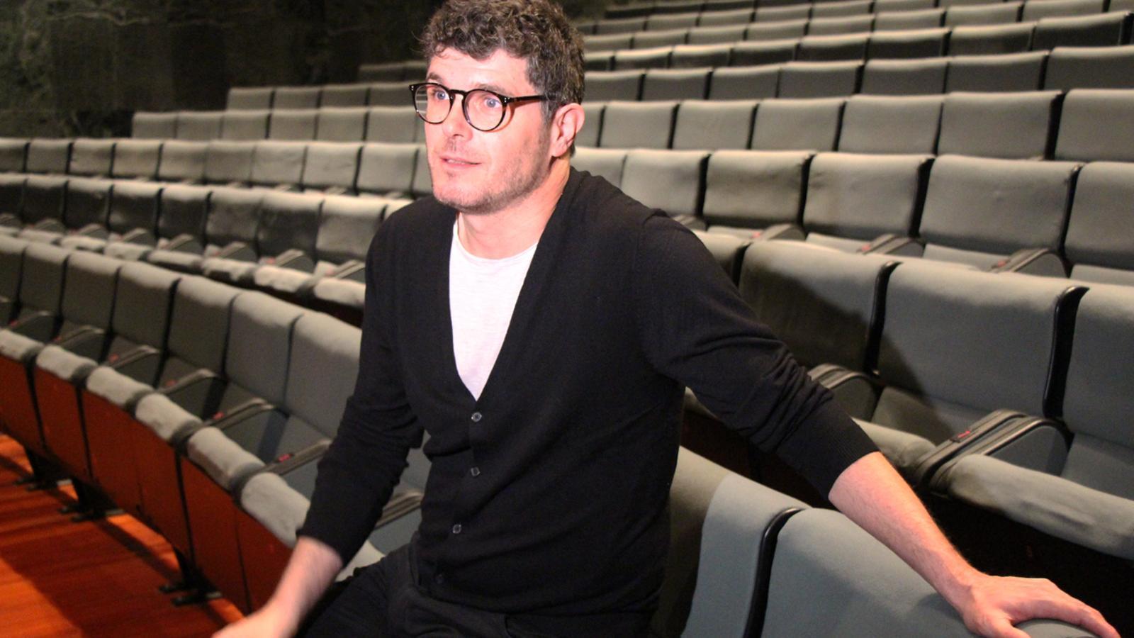 Ernest Villegas, un dels tres actors que protagonitzen 'Mala broma', durant l'entrevista als mitjans de comunicació. / L. M. (ANA)