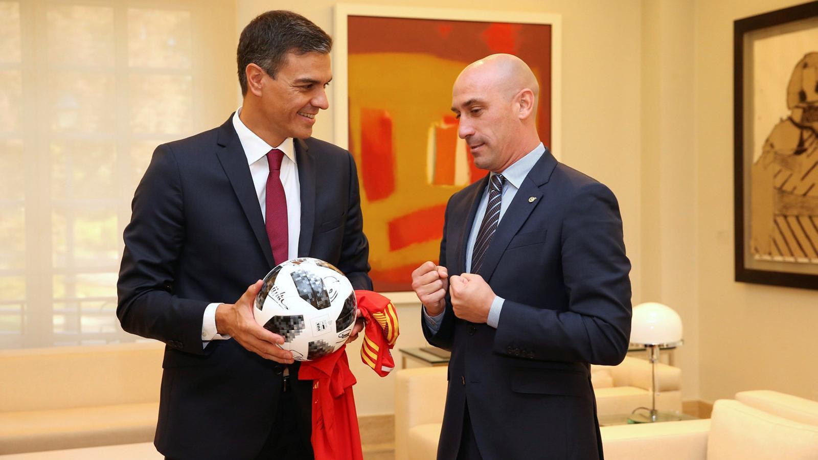 Pedro Sánchez amb el president de la Federació Luis Rubiales ahir a la Moncloa.
