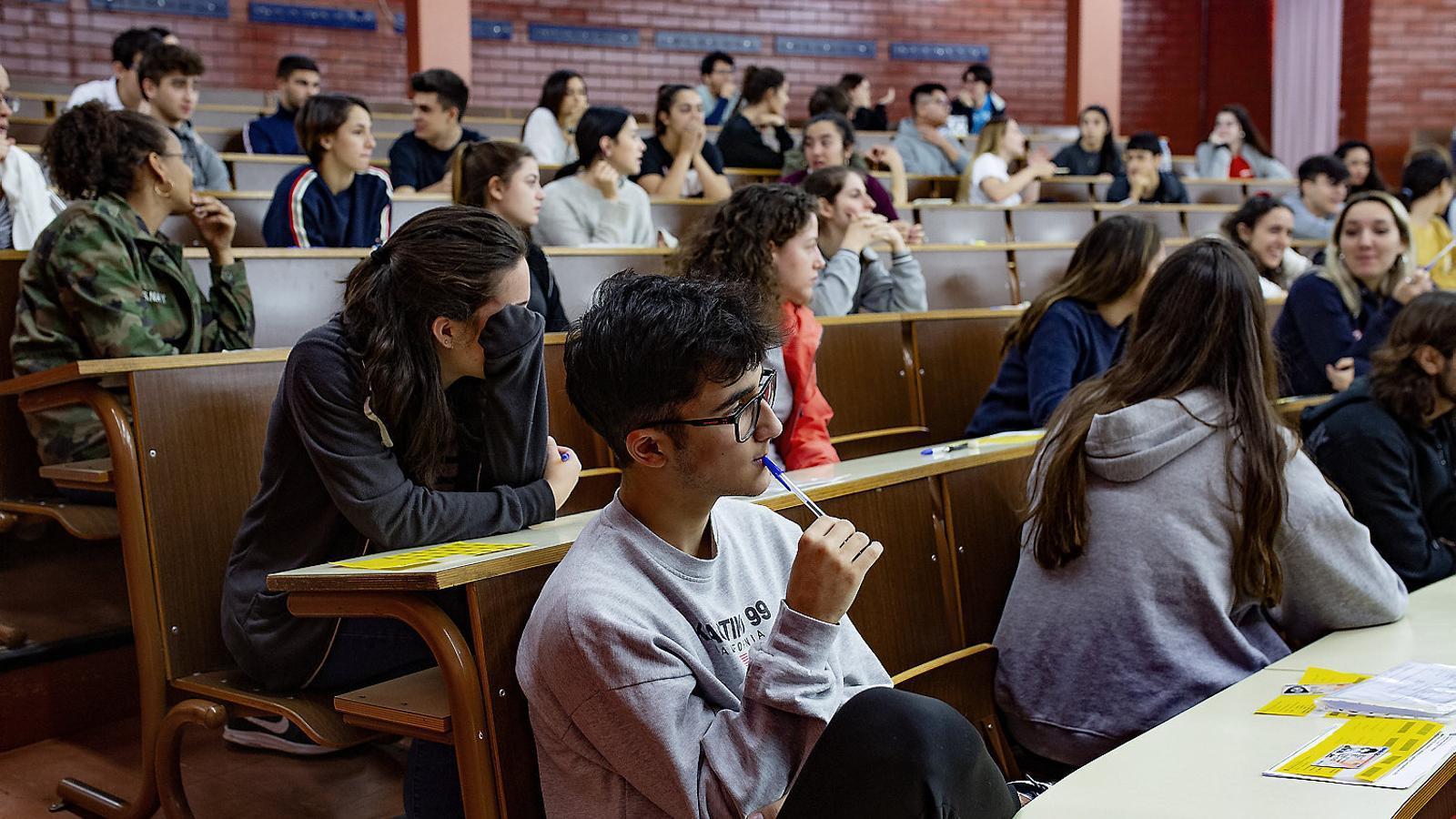 Un grup d'alumnes fent l'examen de la selectivitat l'any passat.