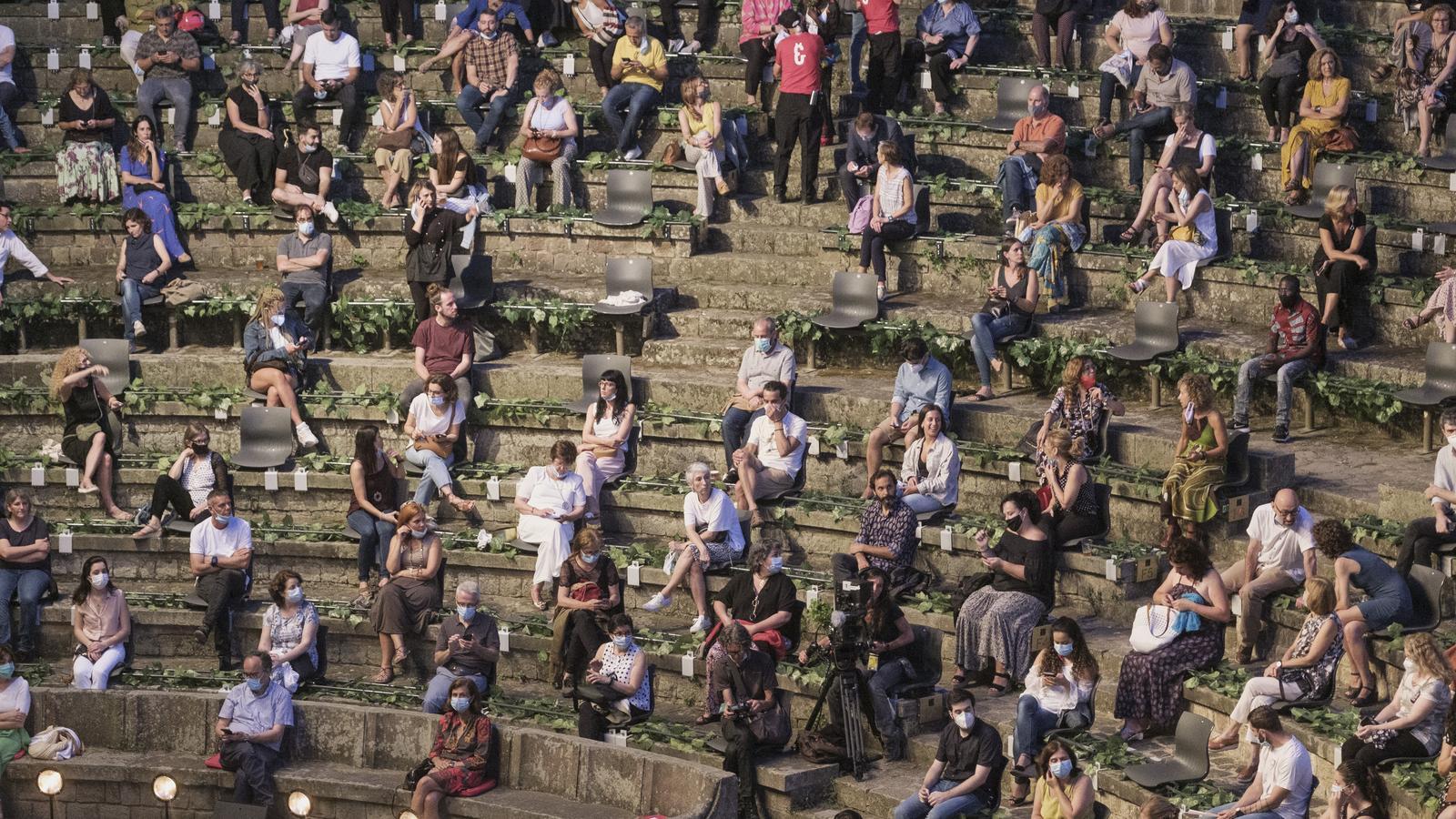 El públic que ahir va assistir al Teatre Grec de Barcelona, es va trobar amb una disposició dels seients molt poc habitual per tal de poder mantenir  la distància de seguretat