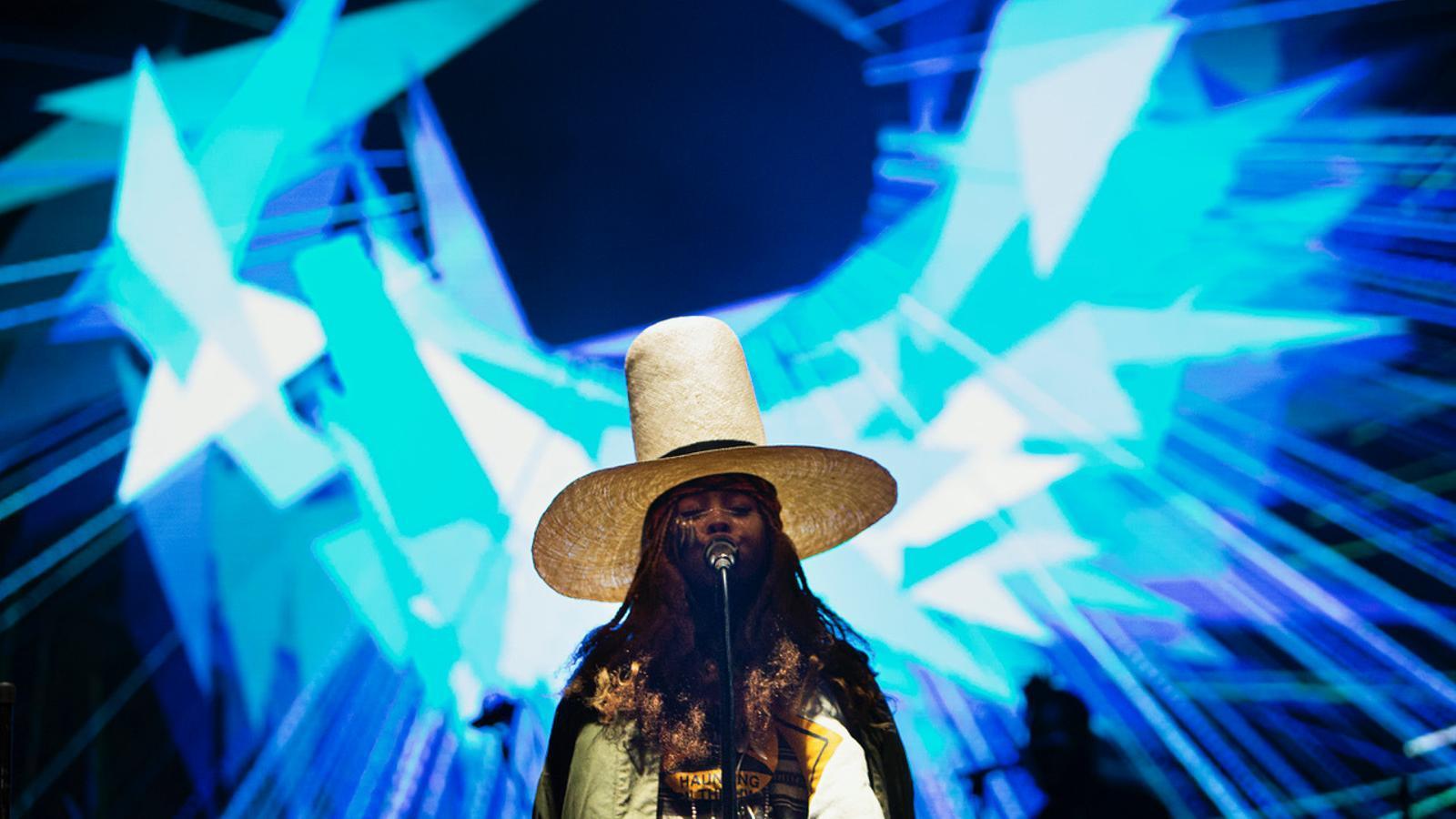 Erykah Badu brilla en la primera nit del Primavera