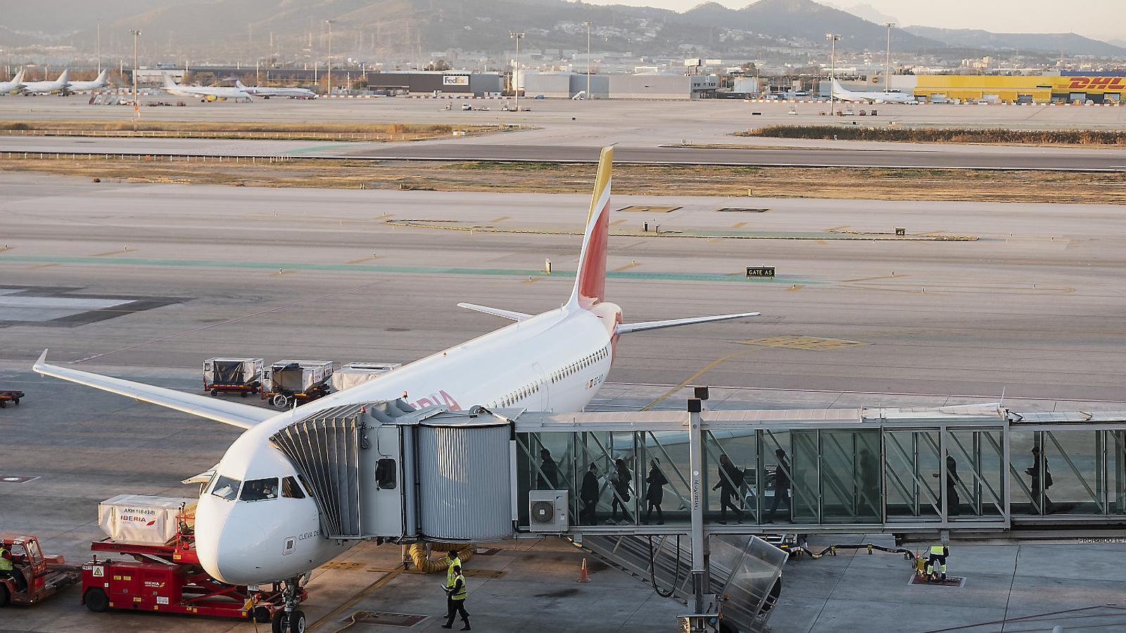 Un avió d'Iberia en ple embarcament de passatgers a l'aeroport del Prat. Aquesta companyia, igual que Vueling i Level, pertany a la britànica IAG i, per tant, es veuria afectada per un Brexit no acordat.