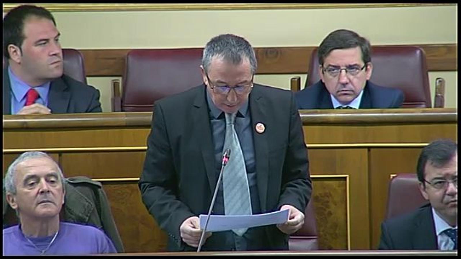 El diputat de Compromís, Joan Baldoví, es 'despulla' al Congrés en contra dels desnonaments