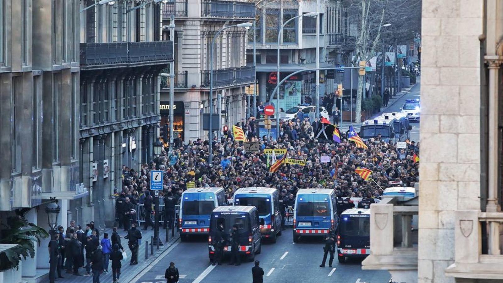 Manifestació en rebuig al rei a Via Laietana