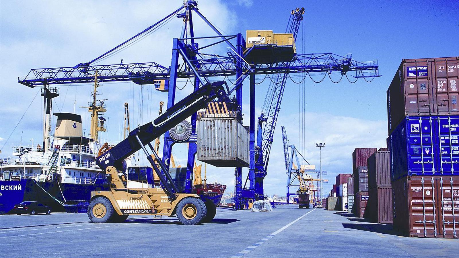 Les exportacions del País Valencià van sumar 12.751,2 milions d'euros entre gener i juny de 2014. / ARA