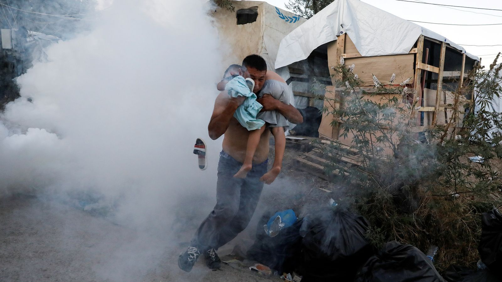 Almenys una dona i el seu fill moren en un incendi al centre de detenció de refugiats de Lesbos